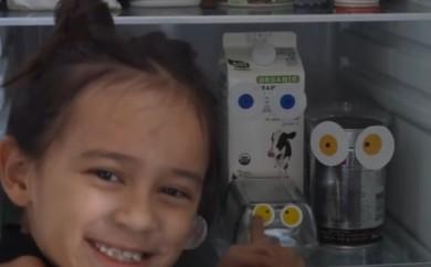 Des yeux dans le frigo !